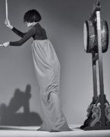 터틀넥 톱과 튜브톱 롱 드레스, 슈즈는 모두 Calvin Klein 205W39NYC 제품.