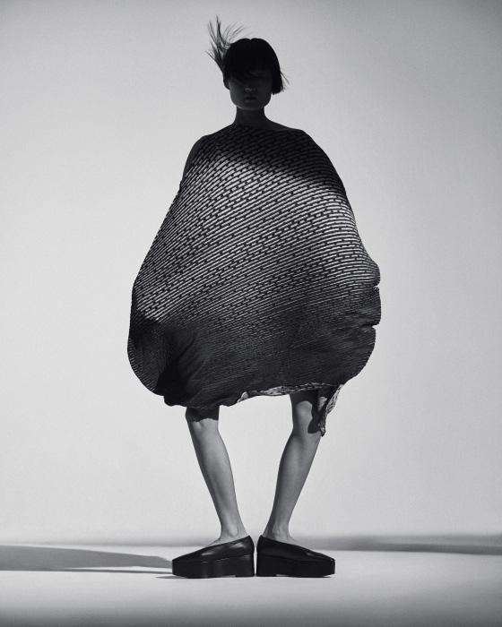 그래픽 프린트 드레스는 Issey Miyake, 동양풍 슈즈는 Recto 제품.