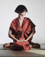 기모노풍 실크 드레스는 Poiret by BOON THE SHOP 제품, 게다 슈즈는 에디터 소장품.