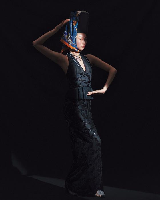 검은색 스팽글 장식 이브닝드레스와 로고 장식 목걸이, 메시 소재의 꽃 장식 부티는 모두 Chanel, 스카프는 Hermes 제품.