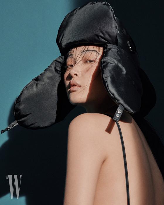볼륨감 있는 모자는 프라다 제품. 69만원.
