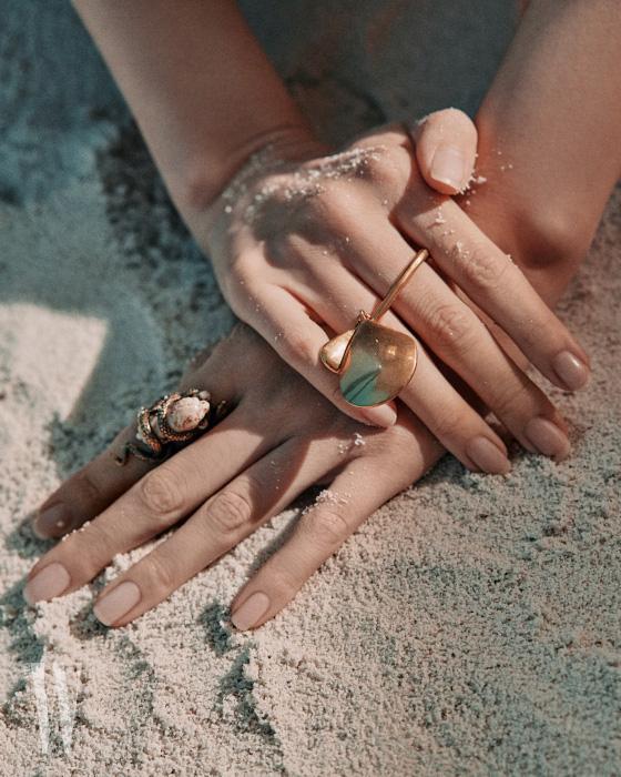 조개껍데기 모양의 반지는 지방시 제품. 사자 머리를 감싼 뱀 모양이 입체적인 반지는 디올 제품. 가격미정.