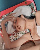 흰색 스트로 햇은 디올 제품. 1백40만원. 화려한 꽃무늬 장식 캔버스 백은 구찌 제품. 3백90만원. 비키니 브라는 데이즈 데이즈 제품. 7만9천원.