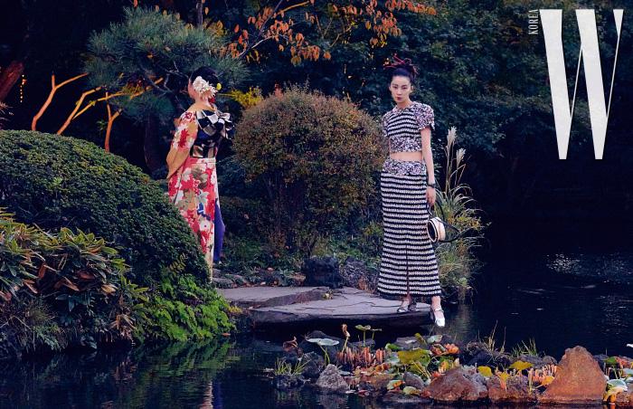 섬세한 비즈를 장식한 톱과 스커트, 메리제인 슈즈, 핸드백은 모두 Chanel 제품.