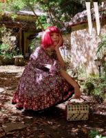 꽃무늬 드레스와 스파이크 백은 Valentino 제품.