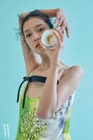 보우 디테일과 주얼 장식이 시선을 끄는 프린트 드레스는 Prada 제품.