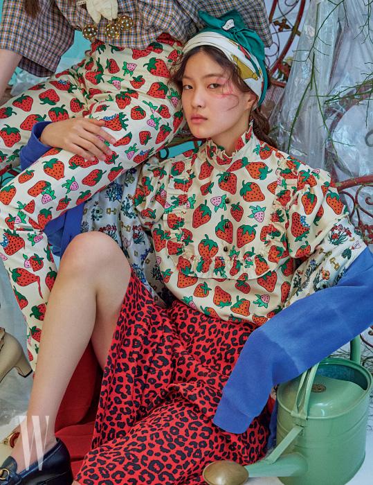 왼쪽 | 플래드 셔츠와 딸기 프린트 팬츠, 체리 모티프 브로치, 베이지색 미디힐 펌프스는 모두 Gucci 제품. 오른쪽 | 딸기 프린트의 러플 블라우스와 날염 카디건, 레오퍼드 무늬 스커트, 검정 플랫폼 로퍼는 모두 Gucci 제품.