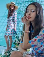 왼쪽 | 스트로 햇, 미니 프린트 드레스, 투명한 굽의 뮬은 모두 Chanel 제품. 오른쪽 | 프린트 드레스, 색색의 크리스털 장식 팔찌, 뱅글은 모두 Chanel 제품.