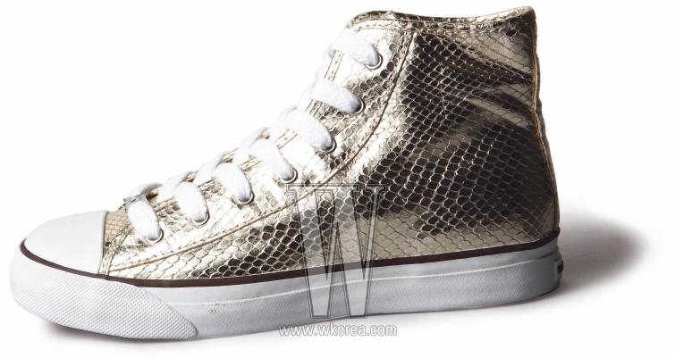 은은한 금빛 가죽이 세련된 하이 커트 스니커즈는 마이클 코어스 제품. 30만원대.