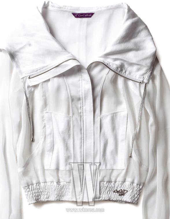 얇은 나일론 소재의 흰색 아노락은 코카롤리 제품. 13만9천원.