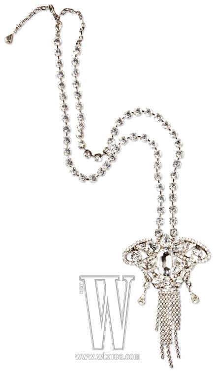 화려한 크리스털 목걸이는 미샤 제품. 10만원대.