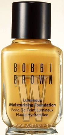 BOBBI BROWN 루미너스 모이스춰라이징 파운데이션(01호). 피부 표면의 보습력을 높여 촉촉하게 빛나는 피부를 표현해준다. 30ml, 6만8천원.