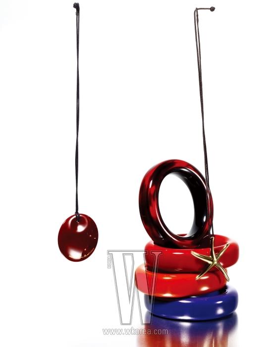 왼쪽부터 시계 방향으로| 세라믹 소재의 원형 펜던트 목걸이, 비비드한 컬러의 세라믹 소재 뱅글, 옐로 골드 소재의 불가사리 모양 펜던트 목걸이는 모두 엘자 페레티 by 티파니 제품.