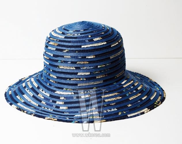 SALVATORE FERRAGAMO 흰색과 파란색을 섞어 불규칙한 패턴을 만든 모자. 가격 미정