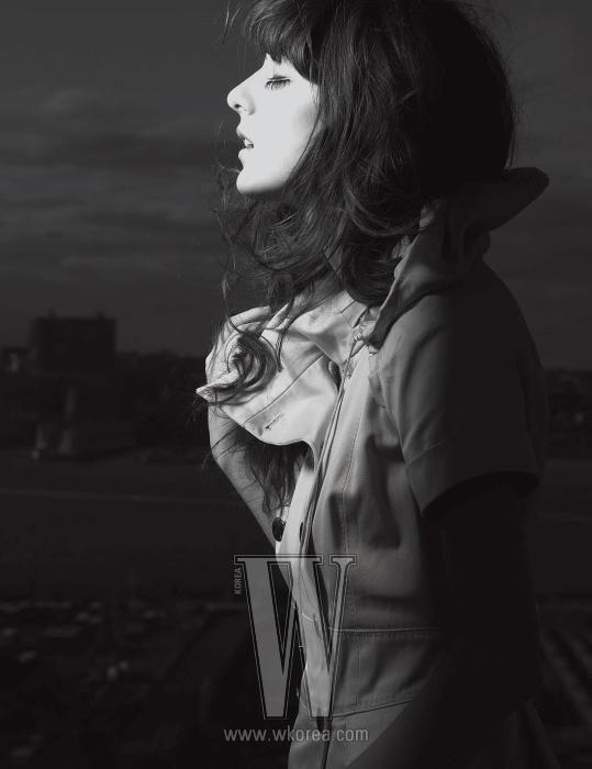원피스 스타일의 트렌치코트. Louis Vuitton 제품.