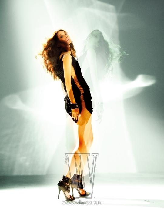 오지은이 입은 새틴 주름 장식의 미니 드레스는 Alexander McQueen by Boon the Shop, 가죽 뱅글은 Chrome Hearts, 진주와 크리스털 장식의 반지는 Lanvin, 페이턴트 가죽 소재의 슈즈는 Givenchy 제품.