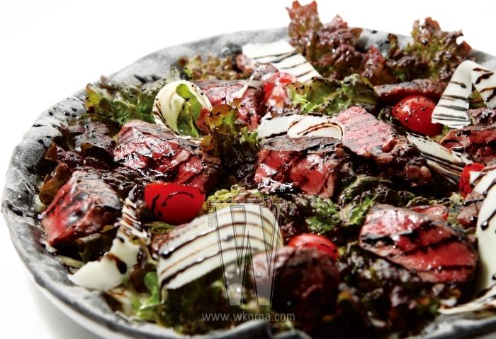 이탈리아 요리의 아시아 버전 격인 스테이크 피자는 데리야키 소스에 고기와 상추를 얹어 만든다. 축복받은 땅이라는 뜻을 가진 칠레 와인'칼리테라 트리뷰트 쉬라즈'는 달콤한 타닌과 강한 향으로 스테이크의 짝꿍으로 손색이 없다.