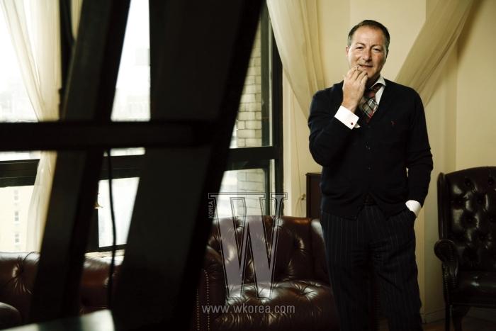 맨해튼에 위치한 자신의 사무실에서 포즈를 취한 자코모 코라도. 이탈리아 비스포크 스타일로 취재진을 맞은 그는 전형적인 유럽 신사다.