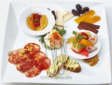 Spain Club 스페인의 맛이 어떤 건지 알고 싶다면 우선 전채 모듬 7종을 주문하면 된다. 스페인 식 피클에 여러 지방의 진미를 모둠으로 즐길 수 있다. 스페인 치즈와 샐러드, 카라스미 등은 스페인 와인과 함께하면 더욱 맛있다.