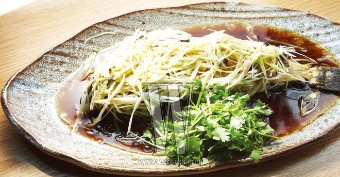 자장면과 탕수육, 난자 완스 말고도 이렇게나 많은 중국 본토 요리가 있다는 사실에 너무 놀라진 말자. 몹시 부드러워 가열찬 젓가락질을 유발하는 활광어 미극장찜은 매콤하면서도 향긋한 맛이 난다. 진부한 표현이지만 입에서 살살 녹는 맛이란 게 바로 이런 것.
