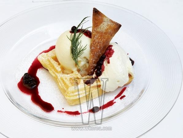 '베리&레어 치즈 모플'은 플레인 레어 치즈에 새콤한 특제 베리 소스를 얹어 상큼하고 쫄깃하다. 밀폐성이 높아 음식의 맛을 좀 더 높여주는 르쿠르제 냄비 요리도 인기가 좋다. 로즈메리 향의 닭고기와 감자 코코트 구이는 그 향과 맛을 오래 느낄 수 있다.