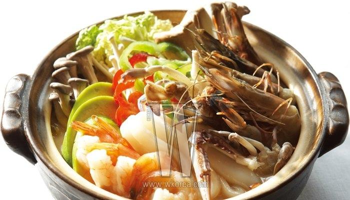 스시 세트도 점심 메뉴로 깔끔하지만 아직 바람이 찬 까닭인지 해물 돈코츠 나베에 먼저 손이 간다. 돼지 사골 육수에 각종 해산물과 채소를 넣고 끓여 맛이 진하면서도 시원하다.