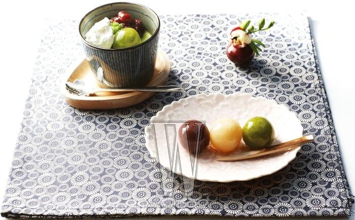 동그랗게 빚은 고운 단팥에 색색의 한천을 씌운 요깡은 일본의 대중적인 디저트로 맛차를 마시기 전 요깡을 먹는 것이 일반적이다. 생크림, 단팥, 요깡을 올린 맛차 푸딩의 달콤쌉싸래한 맛도 일품이다.