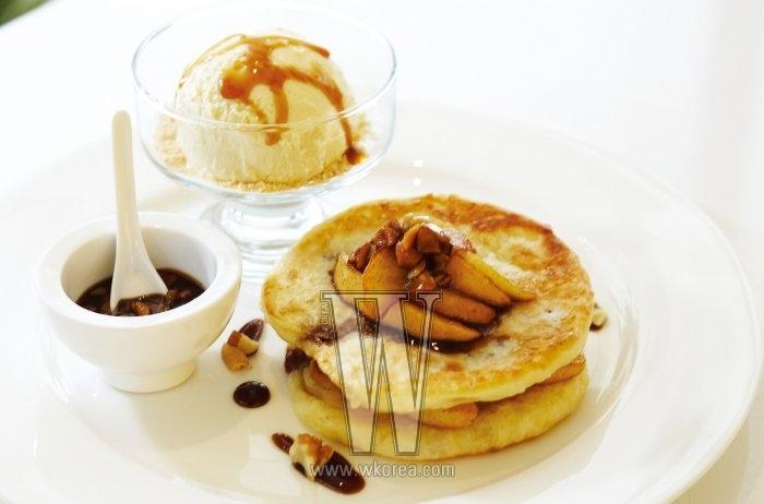 호떡 팬케이크는 흑설탕 대신 메이플 시럽을 넣어 만든 호떡에 구운 사과와 하겐다즈 아이스크림을 곁들인 메뉴다. 쫄깃하면서도 달콤한 식감 때문에 아무리 거한 식사를 마친 뒤라도 이 디저트를 거르기가 쉽지 않다.