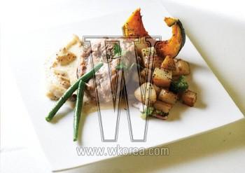 콩피 드 뿔레는 올리브오일에 재운 닭고기를 버섯 크림소스와야채에 곁들여 먹는 요리다. 튀기지 않아 담백한 닭고기와 겨자 향 크림소스 맛이 어울려 프랑스 요리를 처음 맛보는 사람이라도 쉽게 즐길 수 있다.