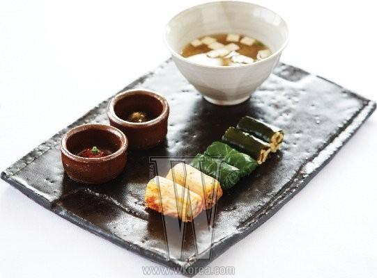 왼쪽부터 차례대로 멸치조림을 넣은 김치말이밥, 마늘 볶음밥이 들어간 케일쌈밥, 다시마 조림은 넣은 다시마말이밥. 맛도 멋도 서로 달라 먹는 재미가 쏠쏠하다.
