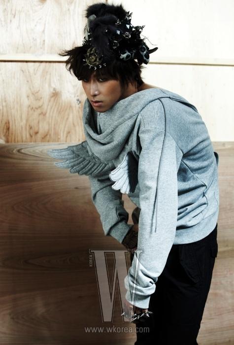 날개 장식의 집업 후드는 Jeremy Scott by Adidas, 검정 팬츠는 Rick Owens, 주얼 장식의 모자는 Belle & Nouveau,스파이크 장식의 반지는 Ann Demeulemeester 제품.