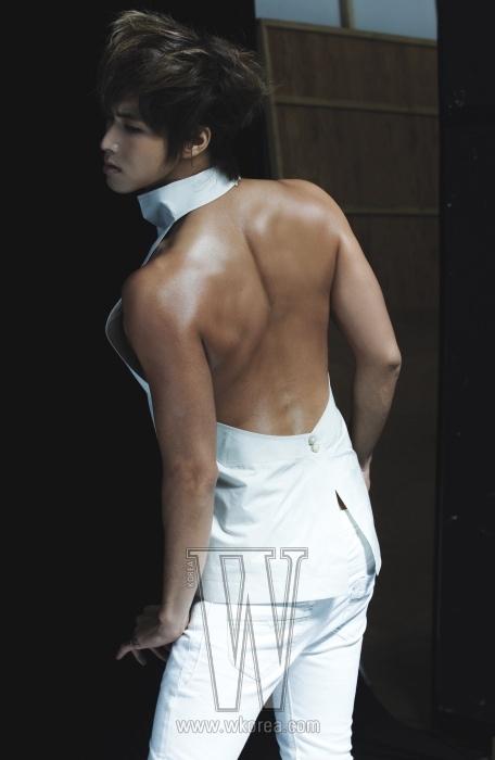 흰색 새틴 소재의 홀터 톱은 Rick Owens 제품. 흰색 팬츠는 스타일리스트 소장품.