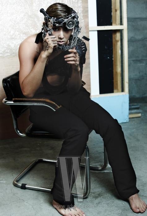 검정 팬츠는 Rick Owens, 스터드 장식의 가죽 팔찌는 Dominic's Way, 투구는 Belle & Nouveau 제품.