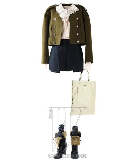 더블 버튼 장식이 돋보이는 밀리터리 크롭트 재킷은 쟈뎅드슈에뜨 제품. 가격 미정.부서질 듯 섬세한 시폰 소재의 연분홍색 블라우스는 디올 제품. 가격 미정. 절개선이 독특한 검은색마이크로 쇼츠는 타임 제품. 45만5천원, 짙은 회색 양말은 H&M 제품. 가격 미정. 찬란한 금빛 쇼퍼백은 매그앤매그 제품. 4만8천원.퍼 장식의 워커는 나무 by 나무하나 제품. 가격 미정.