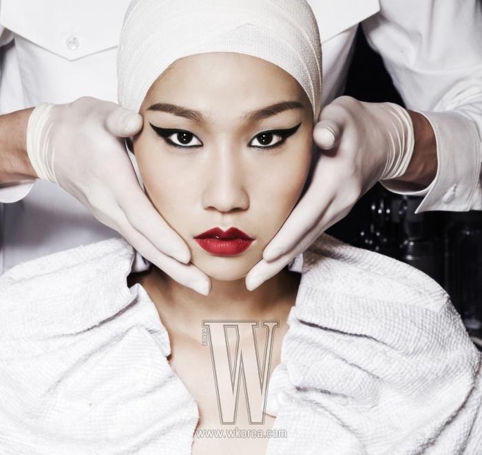 여자 모델이 입은 흰색의 주름 장식 톱은 Emporio Armani 제품. 남자 모델이 입은 화이트 셔츠는 Andy&Debb Homme 제품.