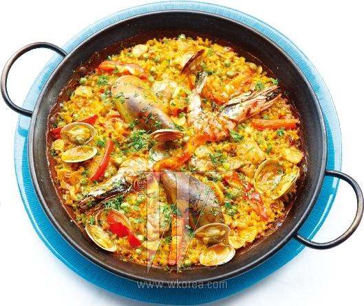 파에야는 흔히 볶음밥으로 오해받지만, 사실은 생쌀을 육수, 갖은 재료와 함께 한 번에 끓여내는 스페인 가정식 솥밥에 가깝다. 새우, 홍합, 조개 등 해산물을 풍성하게 넣은 믹스터 파에야를 입안에 넣으면, 비릿한 지중해 냄새가 물씬 풍긴다.