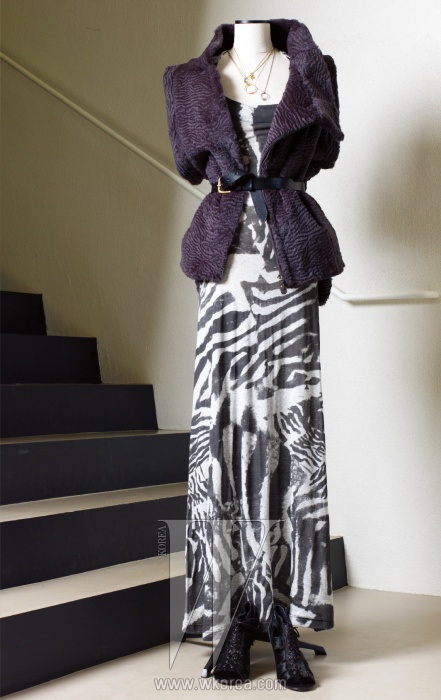 자유로운 커팅의 퍼 베스트와 애니멀 프린트의 저지 소재 맥시 드레스는 모두 Preen, 송치 소재 샌들은 Opening Ceremony, 뱀 모티프 펜던트와 후프 형태의 펜던트 목걸이는 Alex Monroe, 반지 모양의 펜던트 목걸이는 Ioselliani 제품.