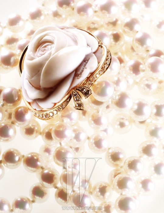 섬세한 인그레이빙이 돋보이는 로즈 드 라 레인 컬렉션의 까메오, 아코야 진주 목걸이는 모두 브레게 제품.