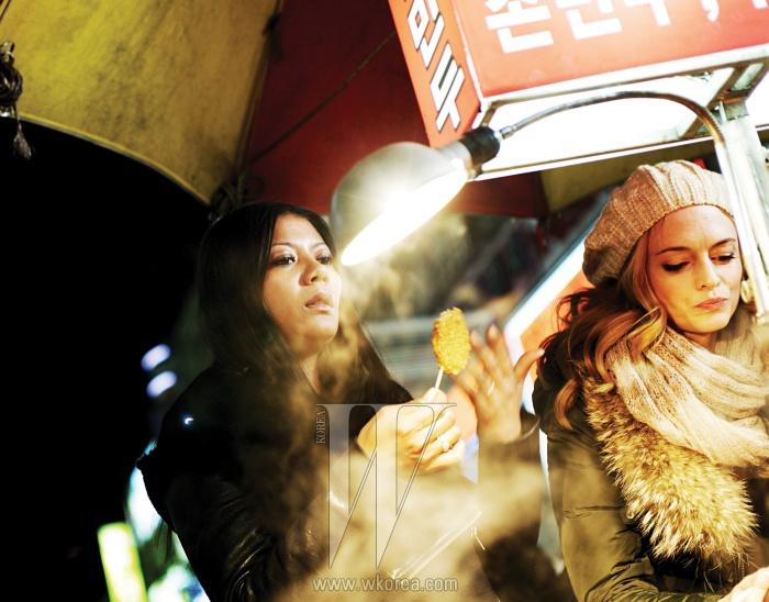 부산 남포동 길에서 길거리 음식을 맛보고 있는 마르자와 헤더. 두 사람은 한국에 머무르는 동안 최고급 한정식에서 거리와 시장의 음식까지 생생하게 맛봤다.