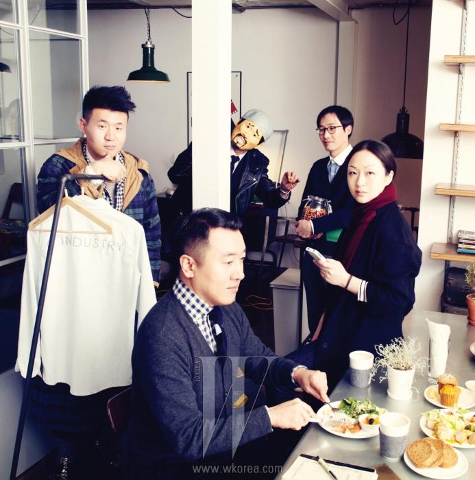 왼쪽부터 | 블로그' 유어 보이후드'를 통해 서울의 풍경이 담긴 스트리트 패션 사진을 찍는 패션 블로거이자 칼럼니스트인 홍석우. 앤디&뎁의 듀오 디자이너인 김석원과 윤원정. 김석원은 에서 심사위원으로 활약하며 신진 디자이너들의 멘토 역할을 했다. 엠비오의 크리에이티브 디렉터이자 이 인터뷰의 게스트 에디터인 디자이너 한상혁이 마스크를 쓴 채 위트 있는 포즈를 취하고 있다. , , 을 제작한 온스타일의 이우철 PD.