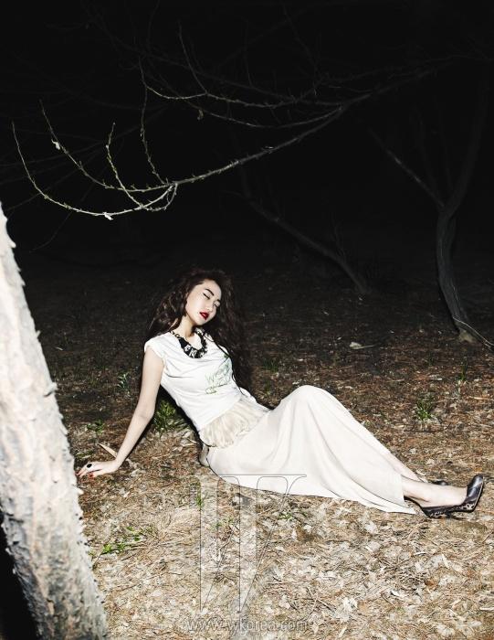티셔츠와 레이어드한 롱 드레스는 르 베이지, 목걸이는 프란시스 케이, 볼드한 반지는 엠주, 슈즈는 디올 제품.