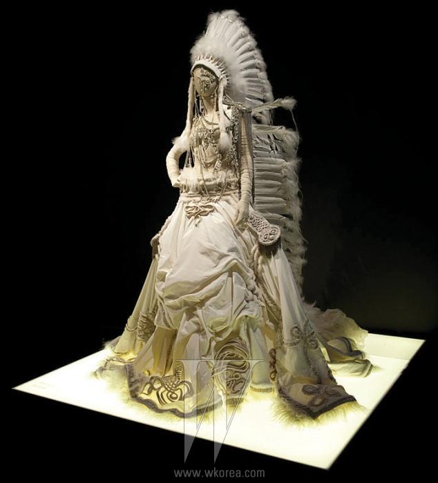 고티에의 예술적인 작품 80여 벌이 전시됐다.