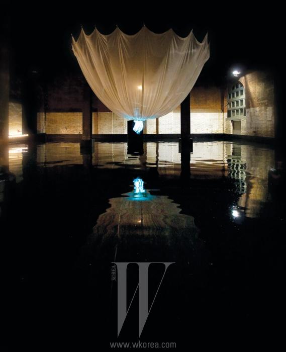 웨딩드레스를 물 위에 띄운 시적인 와핑 프로젝트의 야마모토 전.