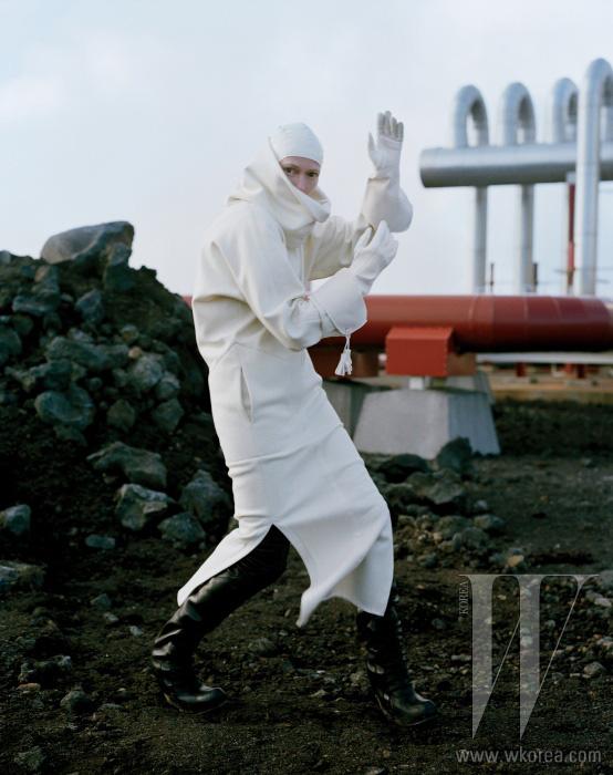 울 소재 드레스와 흰색 장갑은 모두 Hermes, 수영모는 Stephen Jones, 롱부츠는 Rick Owens 제품.