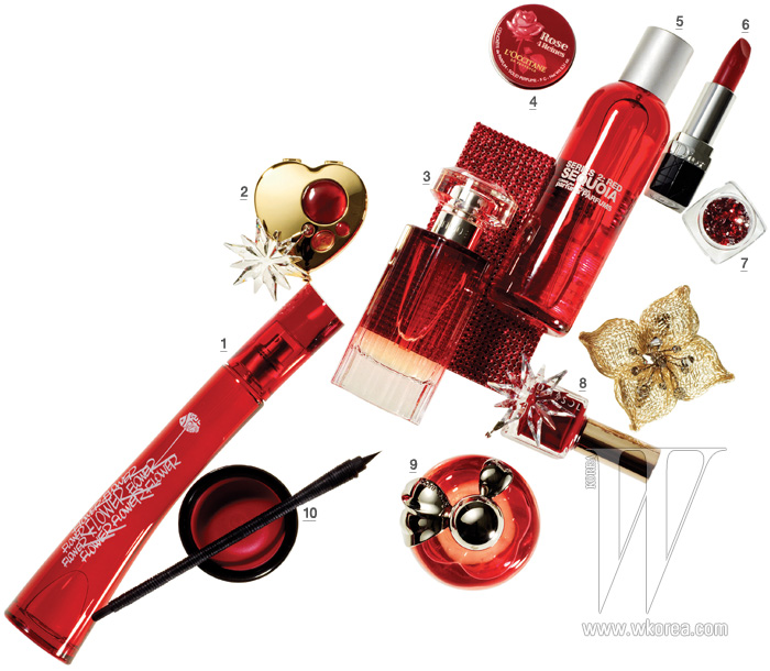 장식으로 사용된 꽃 모양의 크리스털&메시 코르사주는 Collette Malouf 제품. 가격 미정. 붉은색 스와로브스키가 빼곡히 박혀 있는 카드 지갑은 Swarovski 제품. 30만원.