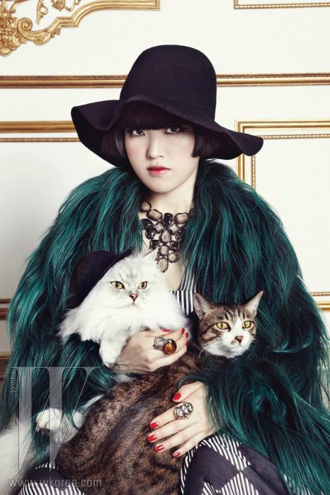 그래픽적인 프린트의 시폰 드레스는 쟈니헤이츠재즈, 장모의 퍼 재킷은 구찌, 원석 장식의 큼직한 목걸이는 프랜시스K, 왼손에 착용한 빈티지 원석 장식 반지는 YSL, 오른손엔 착용한 반지는 벨앤누보 제품.