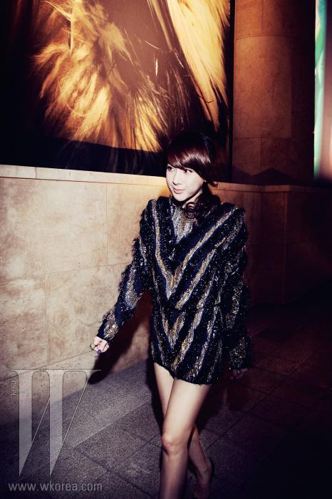 곧 컴백을 앞둔 가수 서인영이 과감하고 화려한 룩으로 파티장을 찾았다. 빈티지스러운 스팽글 장식의 미니 드레스는 Balmain 제품.