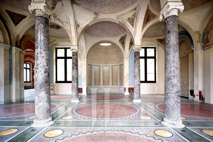 1. Neues Museum Berlin ⅩⅥ 2009, C-print 162.9 x 224.9cm Courtesy of the artist and Kukje Gallery, Seoul 2. Neues Museum Berlin Ⅵ 2009, C-print 163 x 117.9cm Courtesy of the artist and Kukje Gallery, Seoul 3. Neues Museum Berlin ⅩⅠ 2009, C-print 183 x 141cm Courtesy of the artist and Kukje Gallery, Seoul