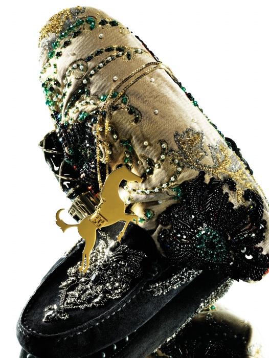시퀸, 자수, 비즈 등의 화려한 장식이 돋보이는 이브닝 클러치는 Bulgari, 스웨이드 가죽 위에 화려한 기교의 장식미를 더한 고미노 슈즈는 Tod's, 승마에서 모티프를 얻은 금빛 펜던트 목걸이는 Escada의 화이트 라벨 제품.