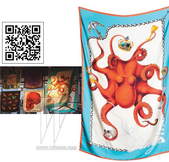 원색적인 문어 프린트의 실크 스카프는 실비아 네리 by 어라운드 더 코너 제품. 59만8천원.